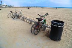 Vélos sur une plage Photographie stock