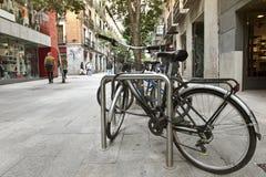 Vélos verrouillés sur une rue urbaine Image libre de droits