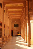 Véranda avec des piliers sur un palais Jodhpur Ràjasthàn d'Umaid Bhawan de jour ensoleillé. Image libre de droits