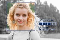 Vérification biométrique jeune femme avec la barre de statut Le concept d'une nouvelle technologie de la reconnaissance des visag photographie stock libre de droits