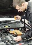 Vérification d'huile de moteur Photographie stock libre de droits