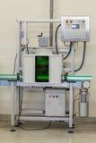Vérification d'une pression dans le filtre d'eau Photo stock