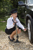 Vérification de la pression de pneu d'un pneu de voiture images libres de droits