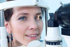 Vérification de la vue dans une clinique de l'avenir image libre de droits