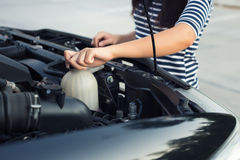 Vérification de liquide réfrigérant de voiture photographie stock
