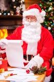 Vérification de sa liste de Noël Images libres de droits