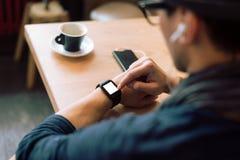Vérification de son smartwatch images libres de droits