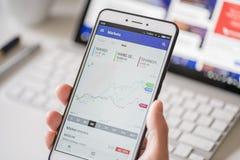 Vérification des données de marché boursier sur un smartphone images stock