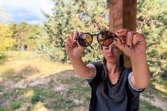 Vérification des lunettes de soleil Images stock