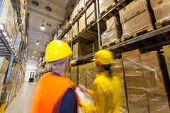 Vérification des produits dans l'entrepôt Photos stock