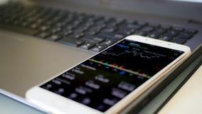 Vérification du marché boursier sur le mobile photographie stock libre de droits