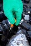 Vérification du niveau d'huile par le jaugeur Photo libre de droits