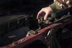 Vérification du niveau de liquide réfrigérant dans la voiture Le chapeau du radiateur, vérifient le fluide, fluide de rechange Photographie stock libre de droits