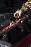 Vérification du niveau de liquide réfrigérant dans la voiture Le chapeau du radiateur, vérifient le fluide, fluide de rechange Photo stock