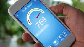 Vérification du score de crédit sur le smartphone utilisant l'application Le résultat est EXCELLENT banque de vidéos