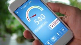 Vérification du score de crédit sur le smartphone utilisant l'application Le résultat est TRÈS PAUVRE banque de vidéos