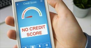 Vérification du score de crédit sur le smartphone utilisant l'application Le résultat n'est AUCUN SCORE de CRÉDIT banque de vidéos