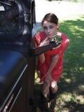 Vérification du visage dans le miroir de camion photographie stock libre de droits