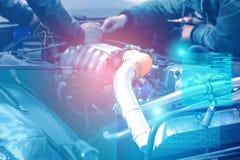 Vérification et diagnostics du moteur et des électricités de la voiture au centre de service avec l'affichage de la réalité augme photographie stock libre de droits