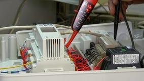Vérifiez l'indicateur de tension de contacts d'élément de contrôle de microcontrôleur dans l'usine banque de vidéos