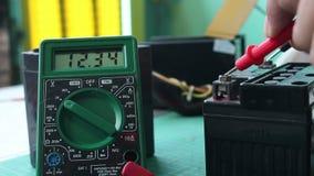 Vérifiez la batterie de volt avec le multimètre numérique clips vidéos