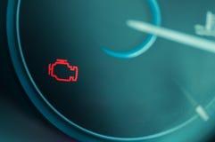 Vérifiez la lumière de moteur sur le tableau de bord Image libre de droits