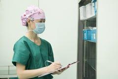 Vérifiez la préparation réservation-préopératoire d'équipement d'opération Image libre de droits