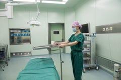 Vérifiez la préparation table-préopératoire d'opération Image libre de droits