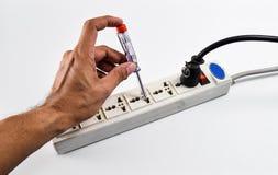 Vérifiez le courant électrique avec le tournevis d'essai de tension dans le neutr photos libres de droits
