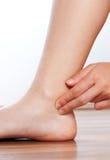 Vérifiez votre impulsion sur votre jambe Photos libres de droits