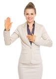 Vérité de serment de femme d'affaires Image libre de droits