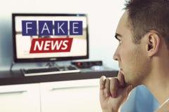 Vérité représentée mal dans les actualités à une TV moderne images stock