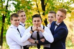 Véritable amitié d'hommes Groupe d'hommes élégants beaux appréciant le temps ensemble sur le mariage de leur ami Hommes gais heur Photos stock