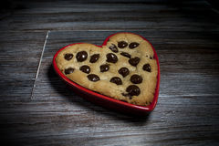Véritable chocolat Chip Cookie d'amour dans le plat en céramique en forme de coeur Image libre de droits