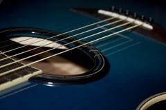 Véritable guitare acoustique bleue Image stock