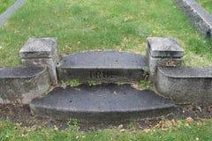 Véritables étapes de marbre dans le vieux cimetière Photo libre de droits
