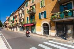 VÉRONE, ITALIE 8 septembre 2016 : Les vieilles maisons sur la rue étroite de Vérone avec les maisons colorées Photographie stock