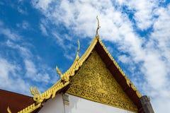 Vértice do frontão no fundo do céu azul, templo Tailândia Foto de Stock Royalty Free