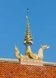Vértice do frontão no telhado no templo tailandês Fotografia de Stock