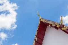 Vértice dourado do frontão no telhado do templo tailandês imagens de stock