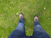 Vértigo que mira abajo encendido a la tierra con dos piernas masculinas en la visión solamente Fotografía de archivo libre de regalías