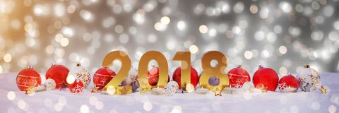 véspera de ano 2018 novo com quinquilharias do Natal e velas do renderin de 3D Fotos de Stock