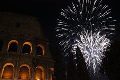 Véspera de ano novo em Roma, fogos-de-artifício no colosseum Imagens de Stock Royalty Free