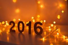 Véspera de Ano Novo, 2016, luzes, figuras feitas do cartão Fotografia de Stock Royalty Free