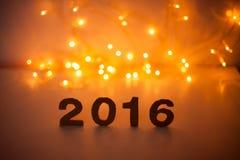 Véspera de Ano Novo, 2016, luzes, figuras feitas do cartão Foto de Stock