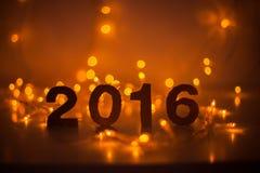 Véspera de Ano Novo, 2016, luzes, figuras feitas do cartão Fotografia de Stock