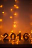 Véspera de Ano Novo, 2016, luzes, figuras feitas do cartão Imagem de Stock