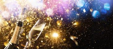 Véspera do ` s do ano novo com champanhe fotografia de stock royalty free