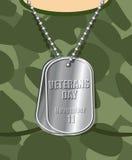 Vétéran de jour Insigne d'armée sur son coffre de soldat T-SH militaire Photographie stock libre de droits