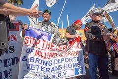 Vétérans avec des bannières à l'action de frontière de Nogales Images stock
